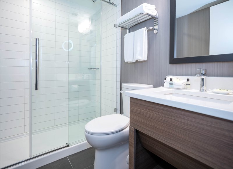 Sandman Hotel Calgary City Ctr-Corporate Queen Room Bath<br/>Image from Leonardo