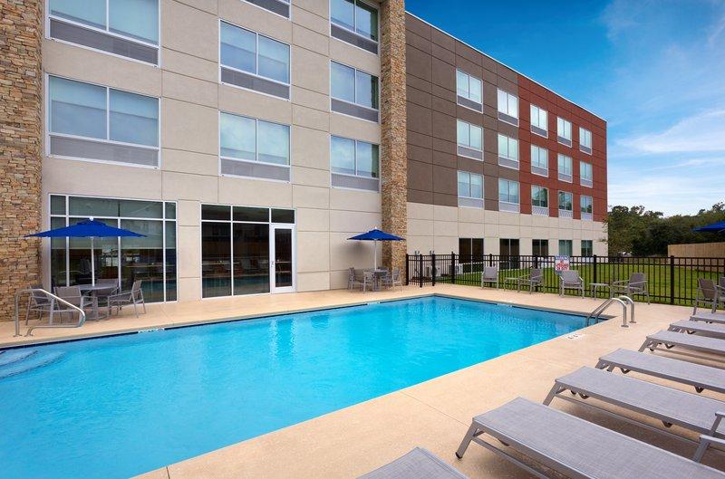 Holiday Inn Express Lake Park-Pool<br/>Image from Leonardo
