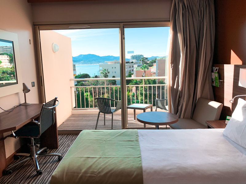 Holiday Inn Cannes-Double Bed Guest Room<br/>Image from Leonardo