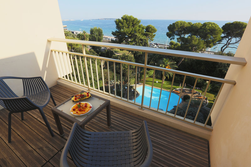 Holiday Inn Cannes-View on the sea and the swimmingpool in the garden<br/>Image from Leonardo