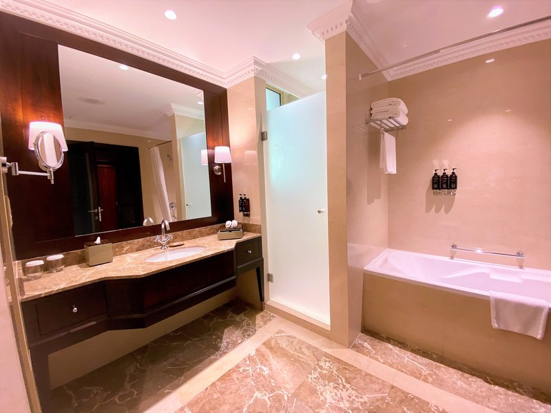 Millennium Doha - Diplomatic Suite Bathroom <br/>Image from Leonardo