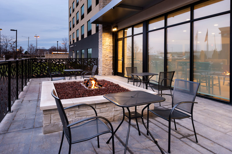 Holiday Inn Express And Suites Romeoville - Joliet North-Enjoy a cold beverage by the fire<br/>Image from Leonardo