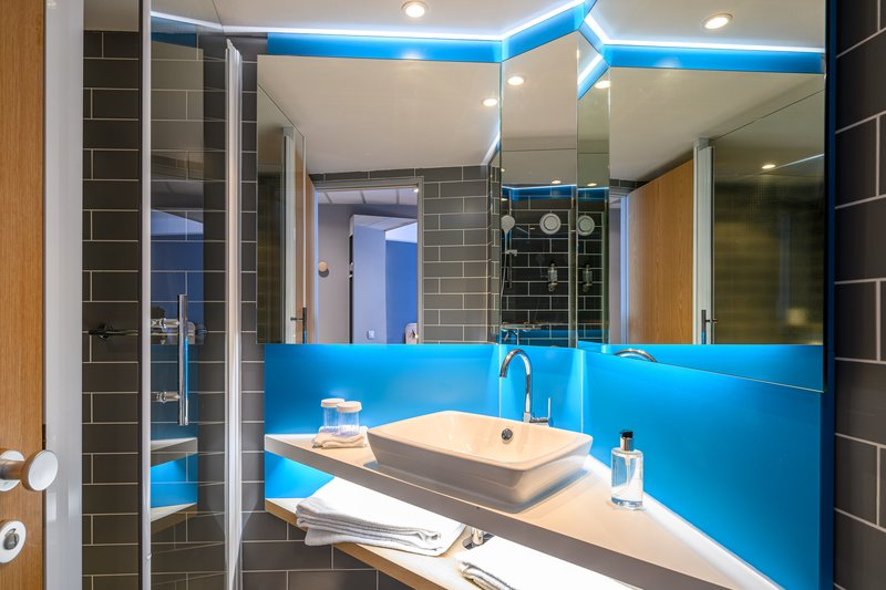 Holiday Inn Express Mechelen City Centre-Guest Bathroom<br/>Image from Leonardo