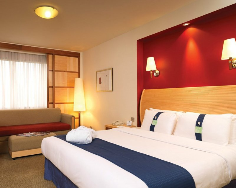 Holiday Inn Fareham - Solent-Our executive hotel room has a double bed and sofa bed<br/>Image from Leonardo