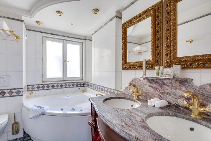 Aparthotel Pavillon Courcelles Parc Monceau-Deluxe Jacuzzi Salle De Bain<br/>Image from Leonardo