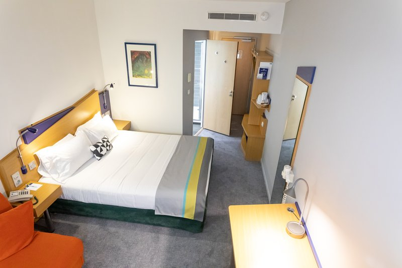 Holiday Inn Express Arras-Double bed with sofa at Holiday Inn Express Arras<br/>Image from Leonardo