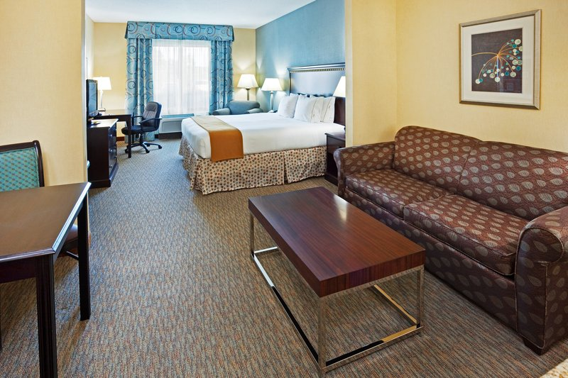 Holiday Inn & Suites Smyrna - Nashville Area-A suite with extra room for folding couch<br/>Image from Leonardo