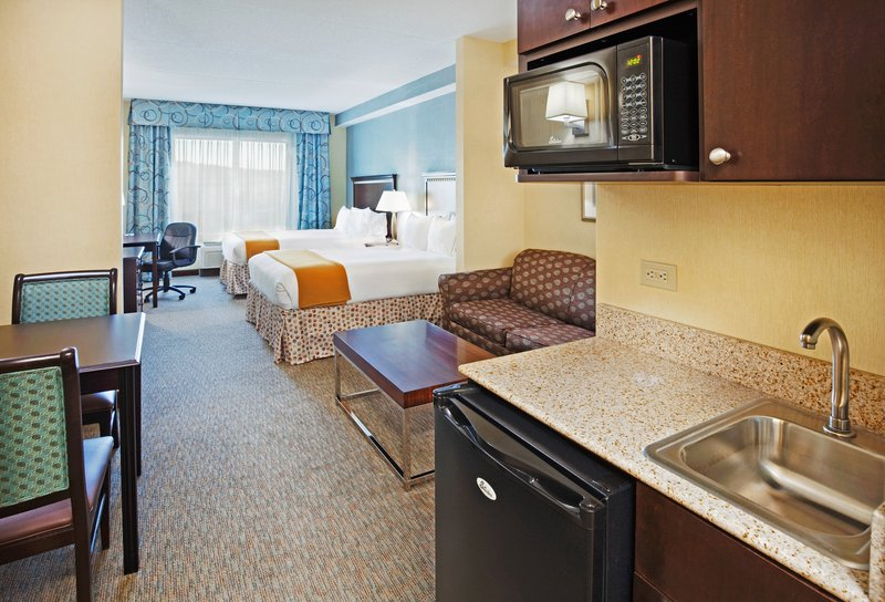 Holiday Inn & Suites Smyrna - Nashville Area-A suite with kitchenette and dining area<br/>Image from Leonardo