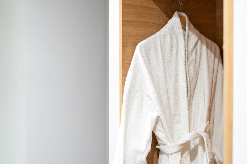 Holiday Inn Hemel Hempstead M1, Jct. 8-Bath robe<br/>Image from Leonardo