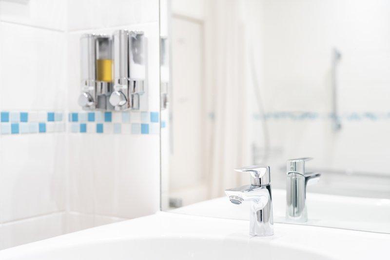 Holiday Inn Hemel Hempstead M1, Jct. 8-Guest bathroom<br/>Image from Leonardo