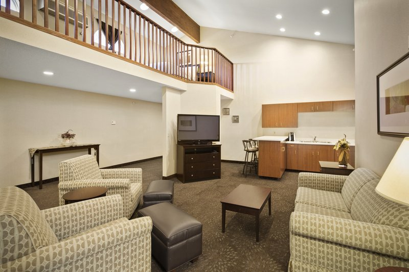 Holiday Inn Express & Suites Hill City Mt. Rushmore Area-One king one queen two room suite<br/>Image from Leonardo