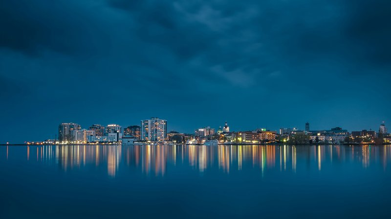 Holiday Inn Kingston - Waterfront-Enjoy a boat cruise and the magnificient view of Kingston at dusk<br/>Image from Leonardo