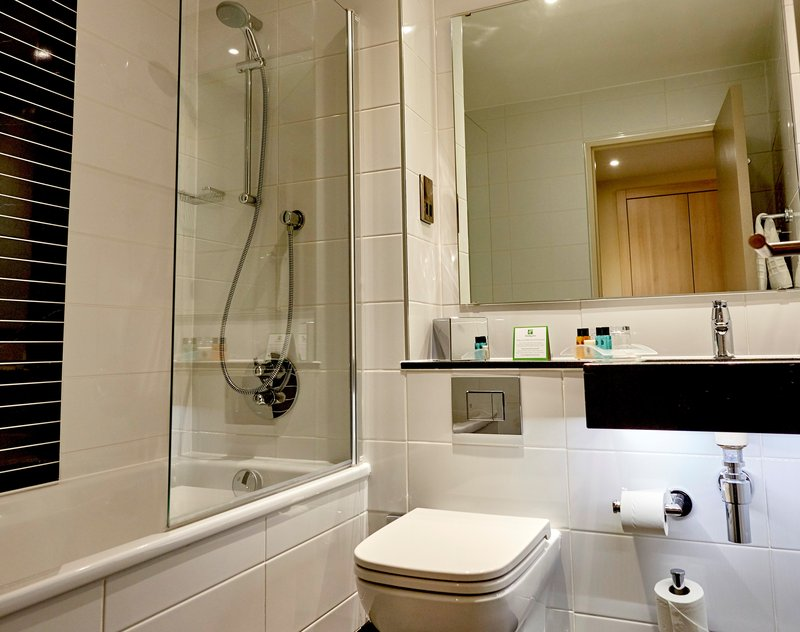 Holiday Inn Northampton West M1, Jct 16-Guest Bathroom<br/>Image from Leonardo