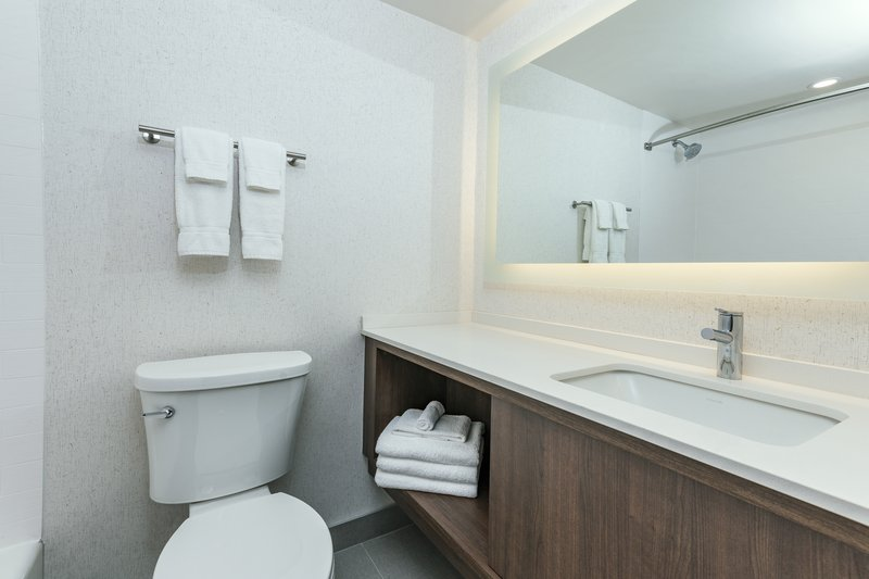 Holiday Inn Kingston - Waterfront-Bright modern bathroom with shower/tub combo<br/>Image from Leonardo