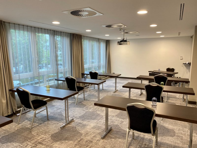 CROWNE PLAZA HAMBURG CITY ALSTER-Meeting rooms with social distance rules<br/>Image from Leonardo