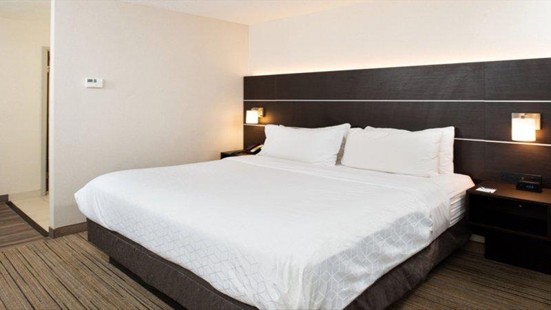 Holiday Inn Express Cincinnati West-King Room<br/>Image from Leonardo