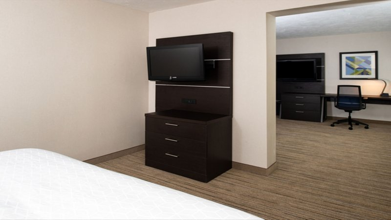 Holiday Inn Express Cincinnati West-King Feature Room<br/>Image from Leonardo