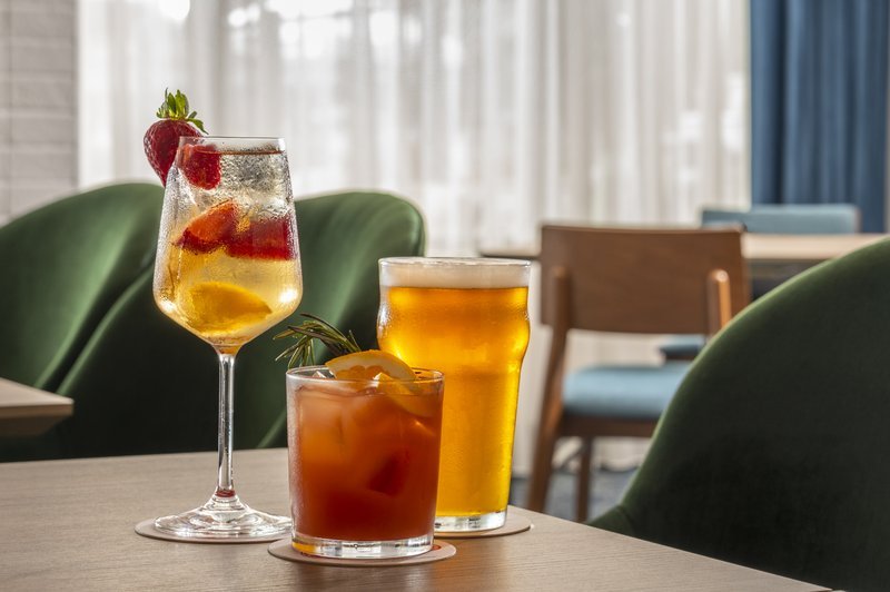 Holiday Inn Kingston - Waterfront-Enjoy a nice cold drink at Wharf & Feather Bar<br/>Image from Leonardo