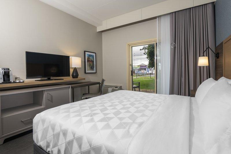 Holiday Inn Kingston - Waterfront-Accessible bedroom vinyl flooring pet friendly<br/>Image from Leonardo