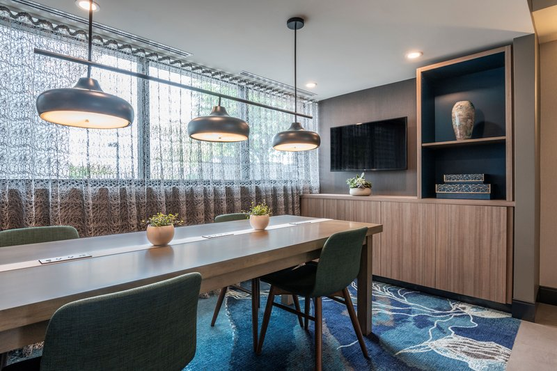 Holiday Inn Kingston - Waterfront-Modern and spacious workspace in the lobby Holiday Inn Kingston<br/>Image from Leonardo