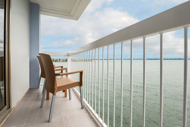 Holiday Inn Kingston - Waterfront-A river view room with private balcony<br/>Image from Leonardo