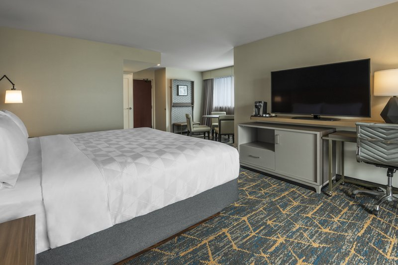 Holiday Inn Kingston - Waterfront-Corner room with dining table for 3<br/>Image from Leonardo