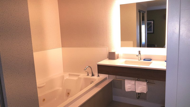 Holiday Inn Express & Suites Surrey-King Suite - Two person jetted tub<br/>Image from Leonardo